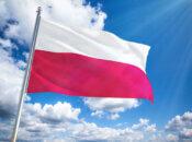flaga Polski na tle nieba